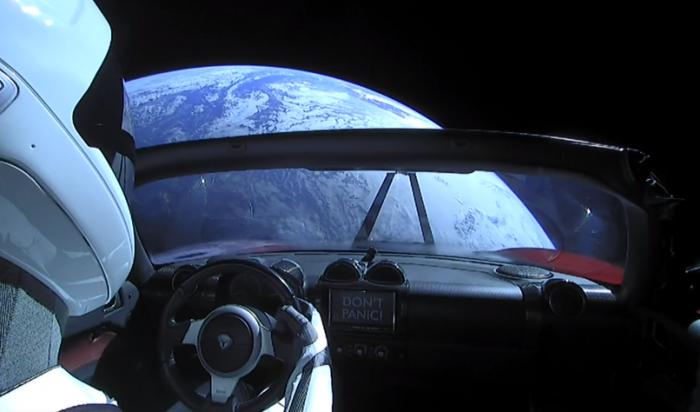 SpaceX запустил в космос красный кабриолет Tesla Roadster