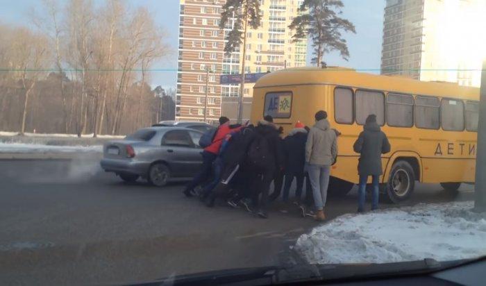 В Перми проверят видео, где дети толкают автобус
