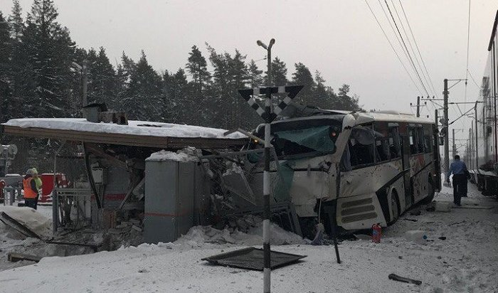 Водитель автобуса пострадал при столкновении с поездом «Ласточка» вЛенобласти
