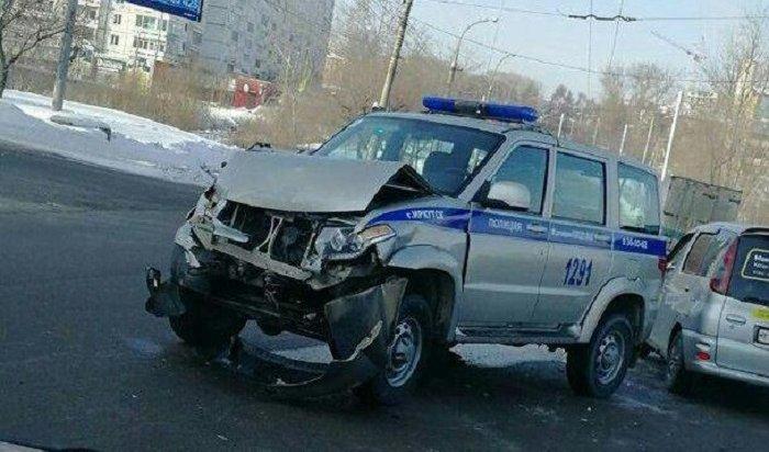 Автомобиль ОВО столкнулся сMitsubishi наулице Академической вИркутске