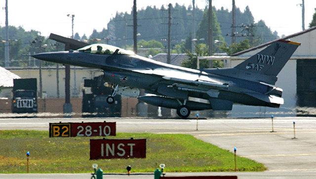 Истребитель США F-16 загорелся в воздухе над Японией
