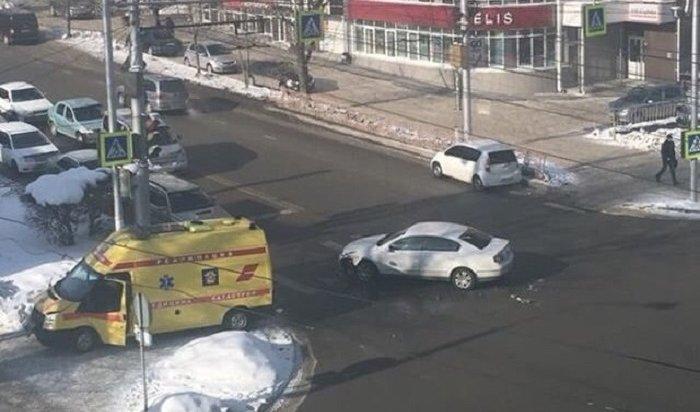 ВИркутске Volkswagen Passat столкнулся савтомобилем скорой помощи