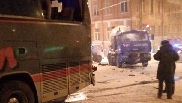 Автобус столкнулся с бетономешалкой на набережной в Петербурге