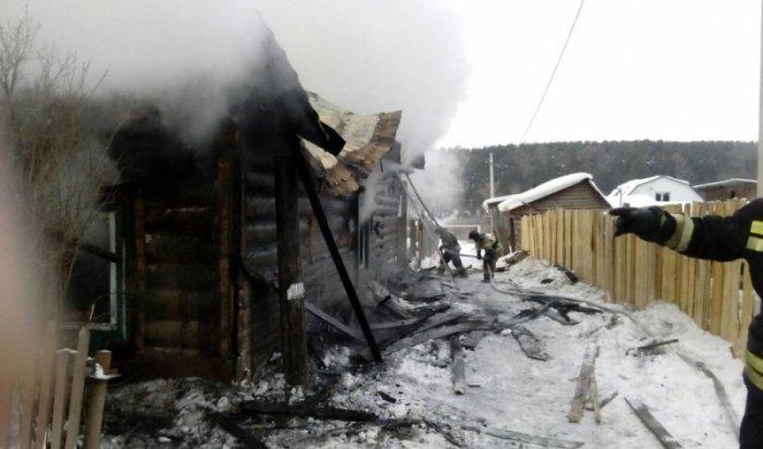 В поселке Маркова на крупном пожаре погибли четыре человека