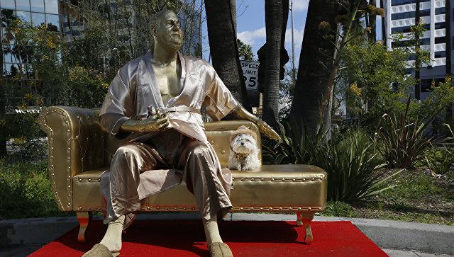 ВГолливуде появилась золотая статуя скандального продюсера Вайнштейна