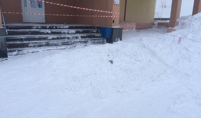 В Мурманской области 1,5-годовалая девочка увела маму за секунды до обрушения снега с крыши 4-этажного здания (Видео)