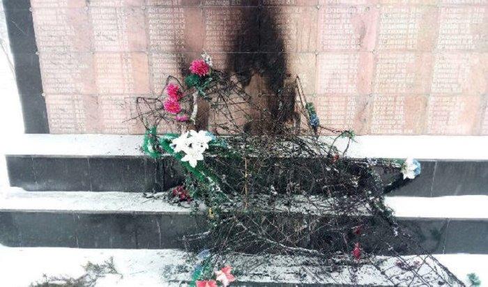Житель Усть-Кута заплатит штраф за поджог венков у мемориала