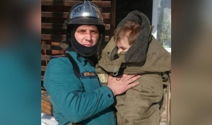 В Усть-Куте пожарные спасли из горящей квартиры троих детей