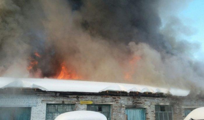 В Усть-Куте произошел крупный пожар в гаражном боксе