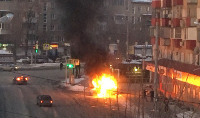 В центре Челябинска взорвался автомобиль (Видео)