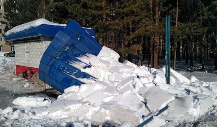 В Саянске упавшая крыша остановки едва не придавила женщину