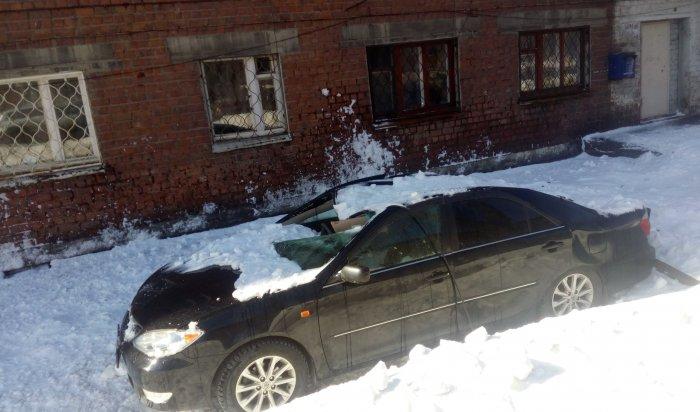 В Иркутске сошедший с крыши снег раздавил автомобиль