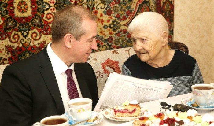 В Иркутской области пожилые люди будут получать денежные выплаты к юбилеям