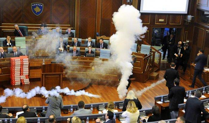 В парламенте Косово распылили слезоточивый газ (Видео)