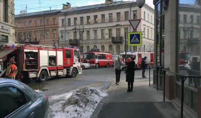 В Петербурге в старейшем торговом центре ДЛТ вспыхнул пожар