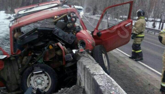 Наавтодороге «Байкал» водитель «Нивы» въехал вбетонное ограждение