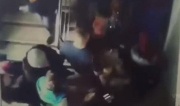 Опубликовано видео давки на лестнице во время пожара в Кемерово