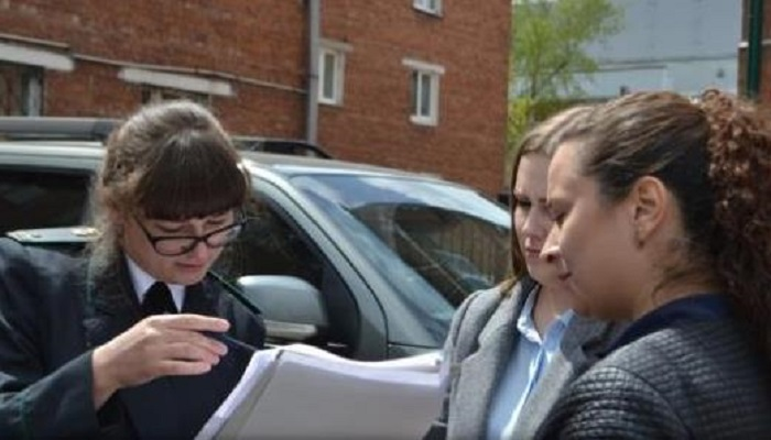 Судебные приставы вСлюдянке передали навоспитание 7-летнюю девочку отматери котцу-москвичу