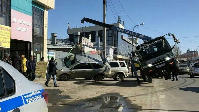 Эвакуатор опрокинул автомобиль вцентре Иркутска