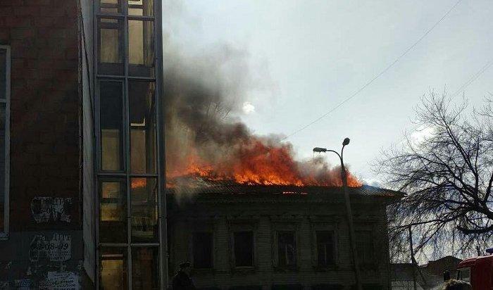 Двухэтажный деревянный дом горел наулице Карла Либкнехта вИркутске