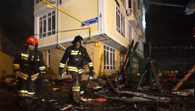 У горящего магазина игрушек в Тюмени обвалилась крыша