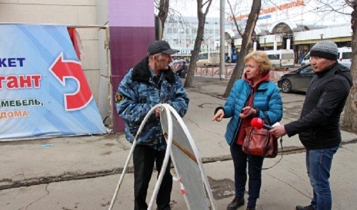 Сулиц Иркутска убирают рекламные выносные конструкции