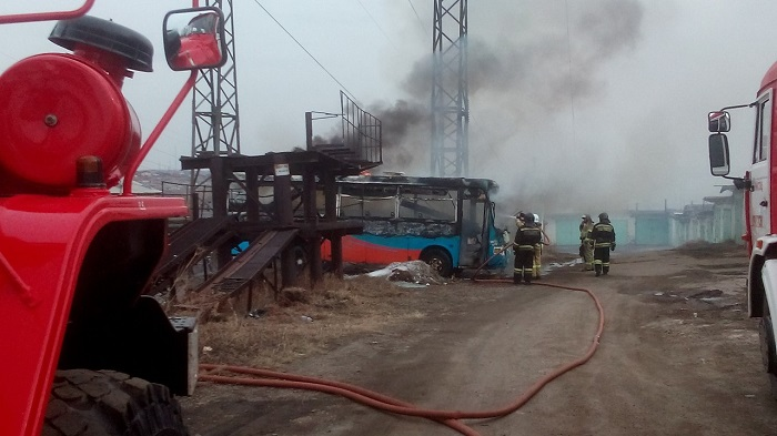 Автобус сгорел вгаражном кооперативе набульваре Рябикова вИркутске (Видео)