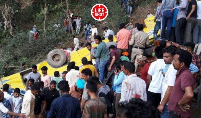 В Индии минимум 26 детей погибли после падения школьного автобуса в ущелье
