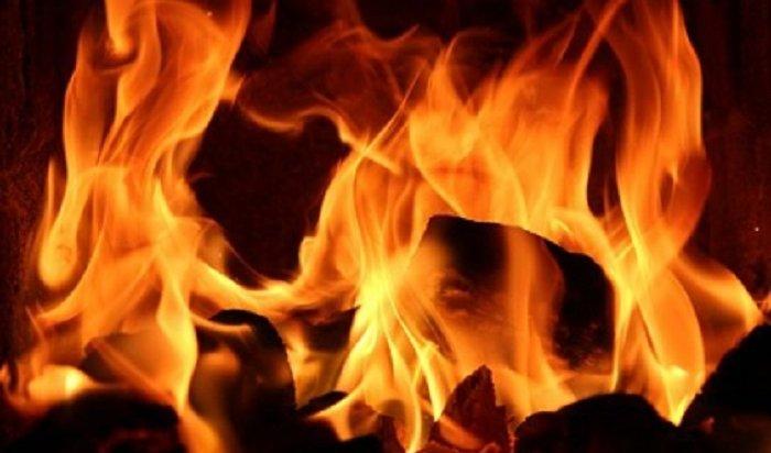 Мать и14-летний сын погибли напожаре вдвухэтажном деревянном доме вИркутске