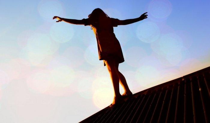 В Иркутске с крыши пристройки к жилому дому сняли 7-летнюю девочку