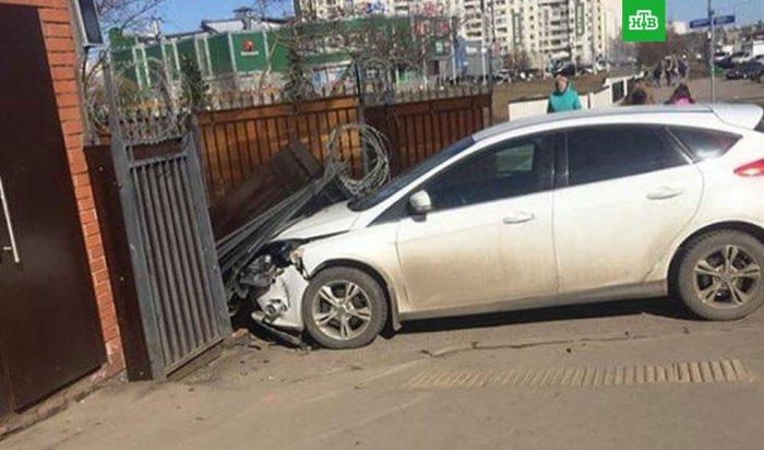 ВЗеленограде водитель протаранил ворота отдела полиции, спасаясь отвымогателей