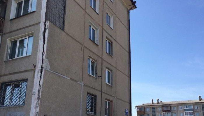 В Ангарске рухнула облицовочная плита панельной пятиэтажки