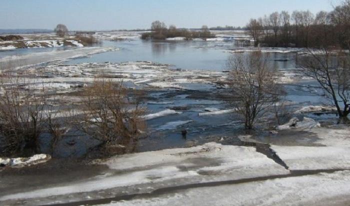 Раньше прогнозируемых сроков начал таять лед нареках вИркутской области (Видео)
