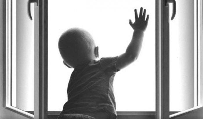 В Ангарске годовалый ребенок выпал из окна