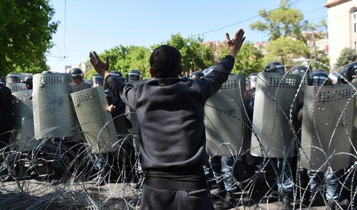 ВАрмении лидер митингующих объявил оначале «бархатной революции»