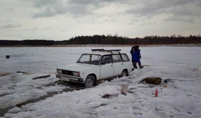Рыбаки требовали успасателей эвакуировать сольда Братского водохранилища ихавтомобиль