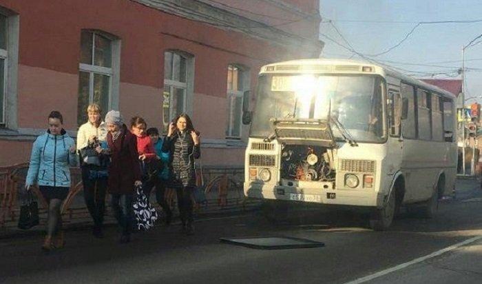 Маршрутный автобус №30задымился врайоне остановки «Бытовой» вИркутске (Видео)