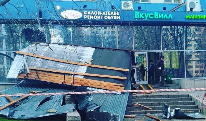 12 человек пострадали и один погиб во время  бури в Москве
