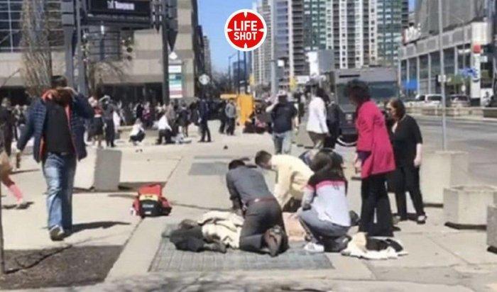 В Торонто водитель микроавтобуса протаранил толпу людей