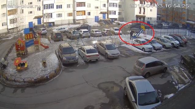 ВСургуте мужчина похитил ребенка сдетской площадки (Видео)
