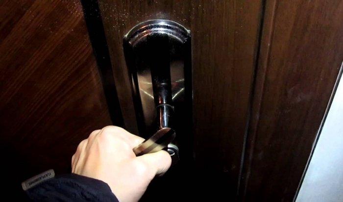 В Иркутске мужчина забыл закрыть дверь квартиры и был ограблен