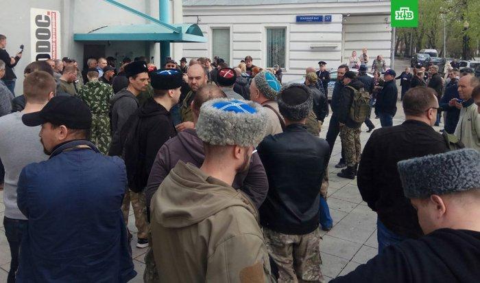 Вход в Сахаровский центр в Москве забаррикадировали люди в казачьей форме