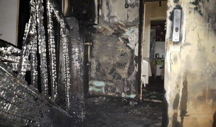 ВБодайбо неизвестный поджег детскую коляску вподъезде двухэтажного дома иустроил пожар