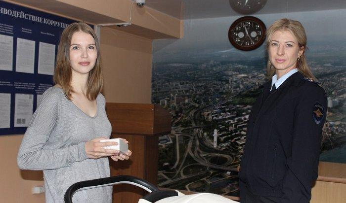 Мать 16-летнего подростка, ограбившего женщину сколяской вИркутске, сама привела вполицию сына