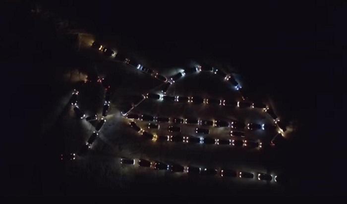 ЖителиАнгарска выстроили изавтомобилей танк коДню Победы (Видео)