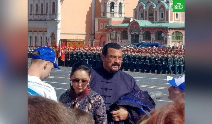 Стивен Сигал посетил парад Победы в Москве