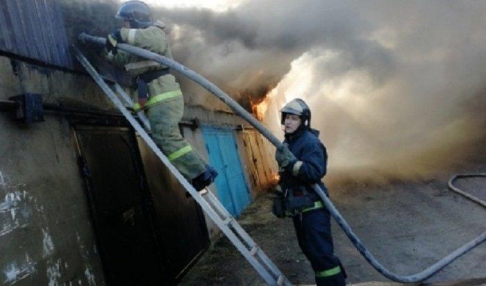 Двое мужчин погибли напожаре натерритории строительной базы вСаянске