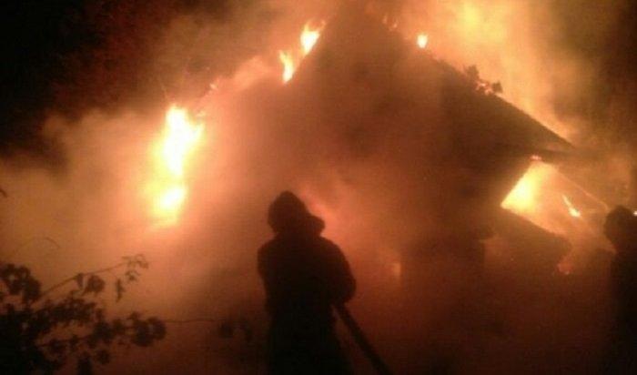 ВИркутске из-за короткого замыкания горел двухэтажный деревянный дом наулице Яковлева