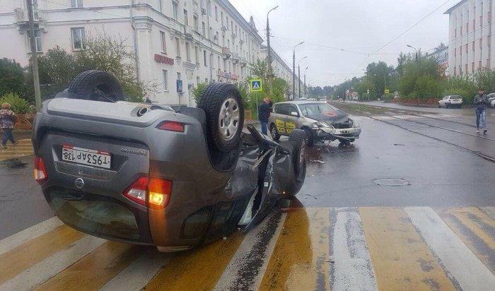 Два человека пострадали вДТП вАнгарске сучастием автомобиля снаклейками такси «Максим»