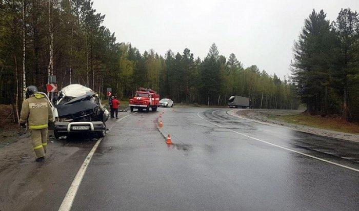Водитель микроавтобуса погиб после столкновения сприцепом автопоезда вШелеховском районе